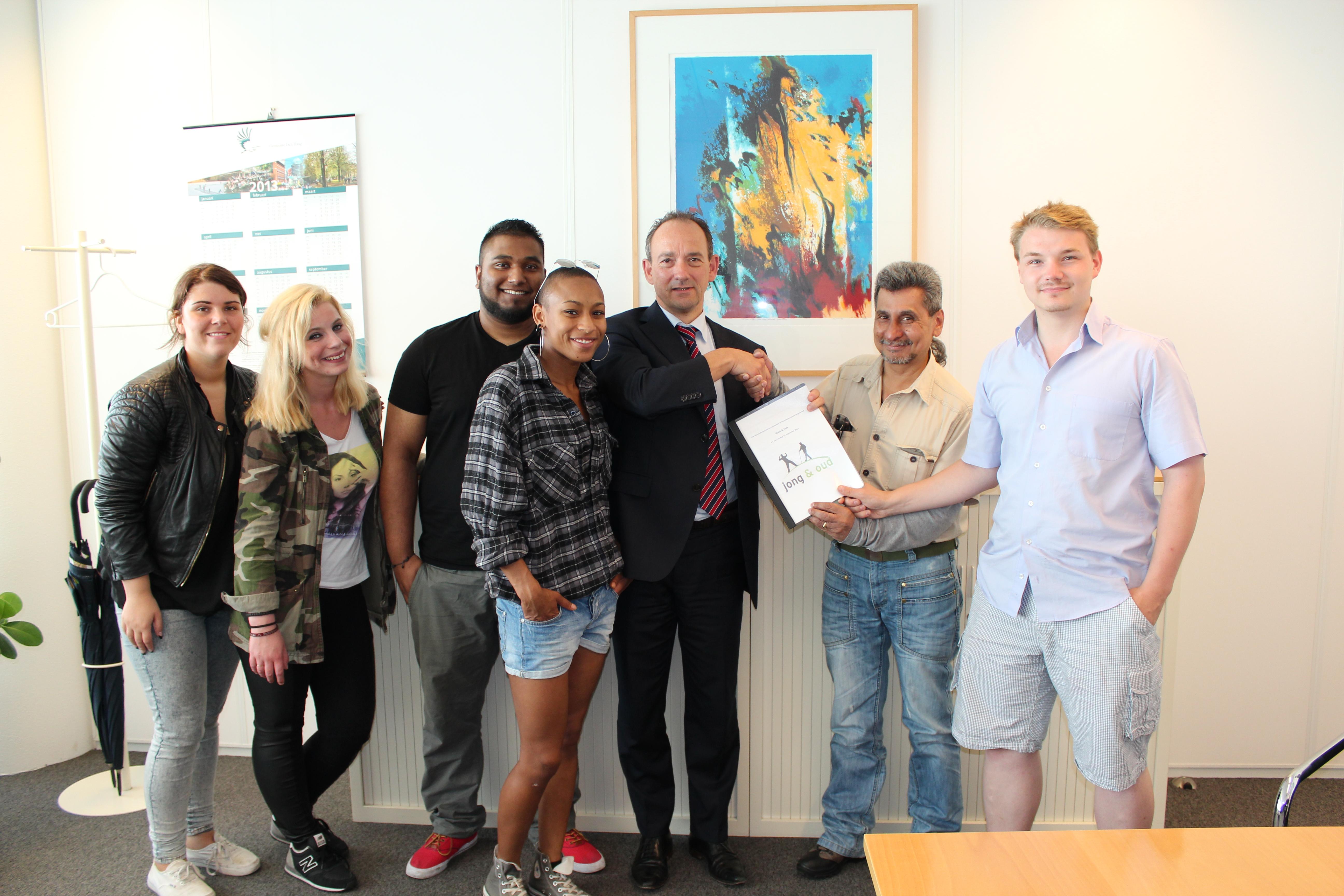 Haagse Jongerenambassadeurs en Stedelijke Ouderen Commissie overhandigen concept Walk & Talk aan Ludo Steenmetser